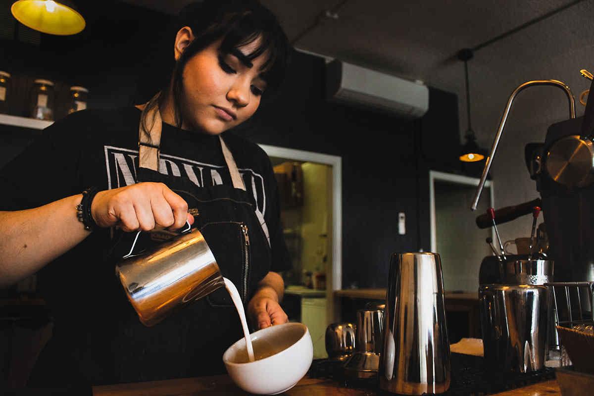 دختر باریستا قهوه چی